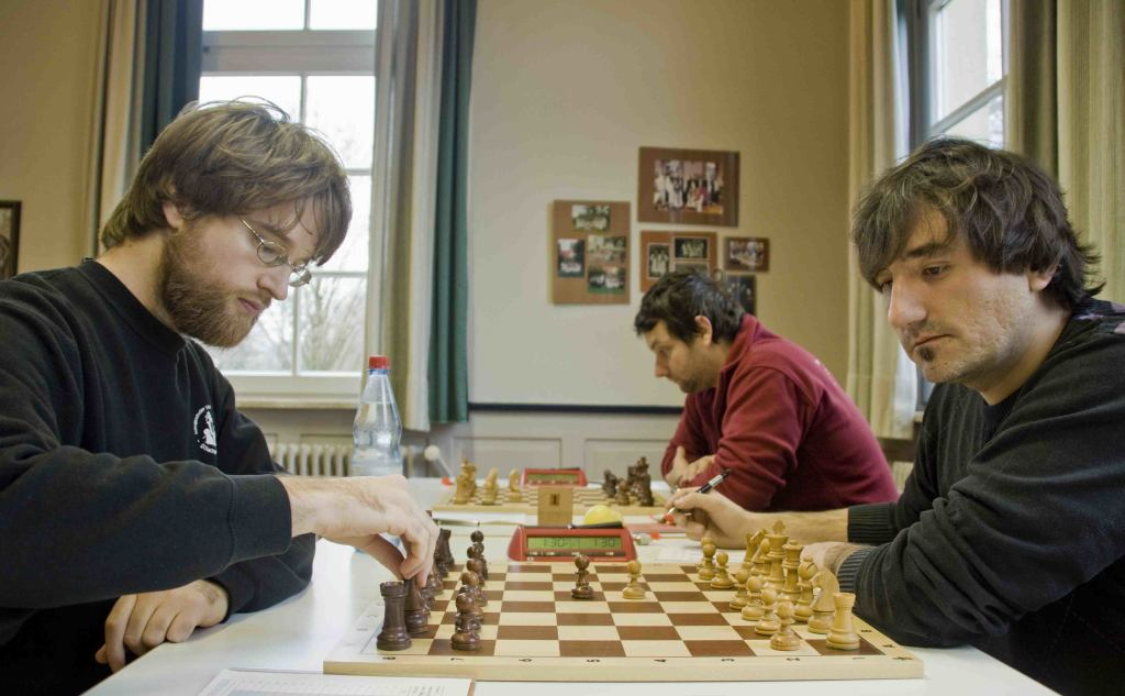 Martin Schmidt (Hohentübingen, links) gegen Balind Nadj (Reutlingen, rechts) an Brett 2; im Hintergrund Reutlingens Brett 1: Novak Pezelj